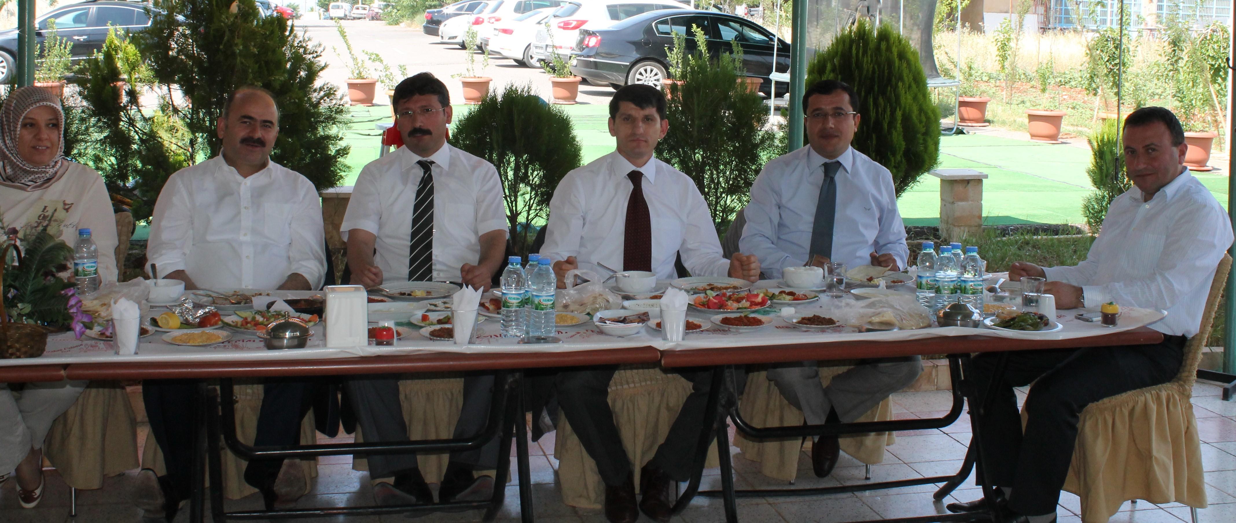 Siirt Valisi Sayın Ahmet AYDIN Siirt ilinde görevini tamamlayarak ayrılmaları nedeniyle, Baromuzca onurlarına yemek verildi