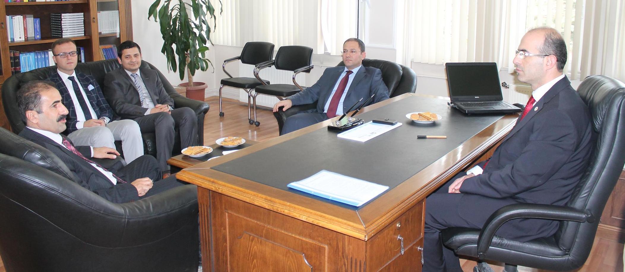 Tokat Cumhuriyet Başsavcısı Hasan KAYA ve İdare Mahkemesi Başkanı Mehmet KARAKUŞ' un Baro Başkanımıza Tebrik ziyareti