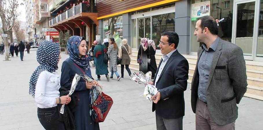 Siirt barosu  avukatlarımız, Güres Caddesi'nde kadınlara karanfil dağıtıp günlerini kutladı.