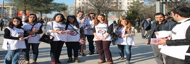 """Baromuz Kadın Hakları Komisyonu üyeleri tarafından """"Haklarınızı Biliyor Musunuz"""" konulu broşür dağıtıldı."""