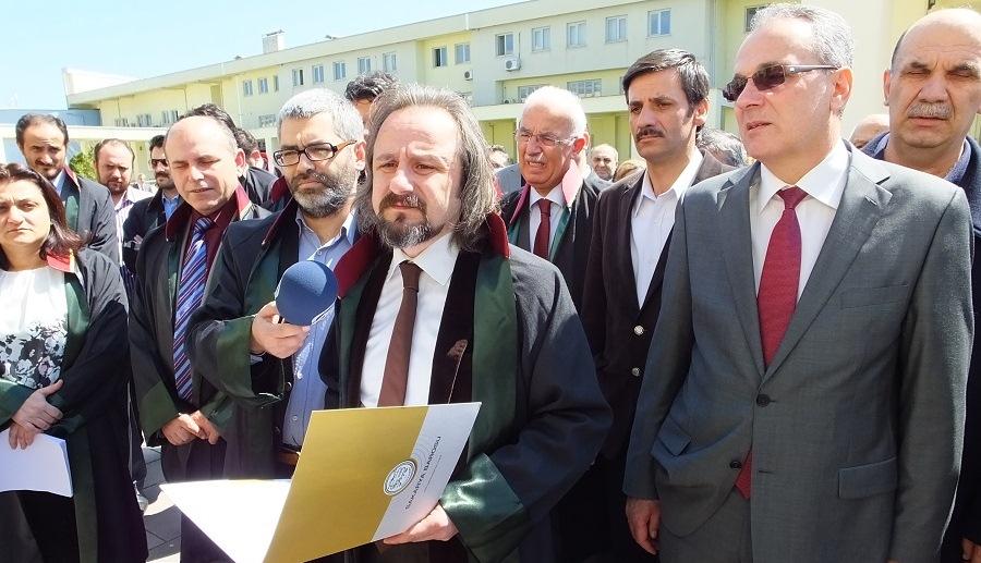 """BARO'DAN ADLİYE ÖNÜNDE """"SAVCI KİRAZ"""" PROTESTOSU!"""