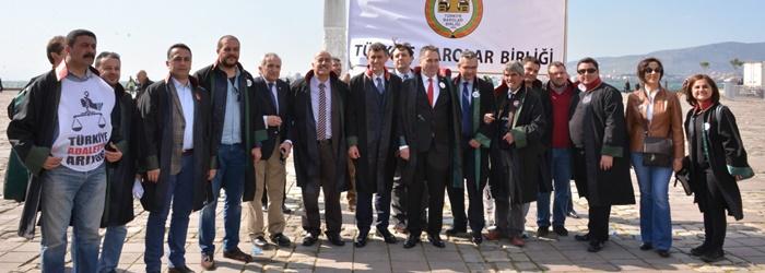 """İzmir Barosu'nun ev sahipliğinde gerçekleştirilen """"Türkiye Adaletini Arıyor"""" mitinginde on binlerce kişi """"adalet"""" için yürüdü."""