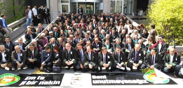 Barolar Av.Tahir Elçi'nin Soruşturma Dosyasına Dikkat Çekmek İçin Ankara Adliyesi Önündeydi