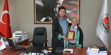 Meslekte 40 Yılını Dolduran Av. Mahmut UYAR'a Plaketini Baro Başkanı Av. Erol ÇAKIR Takdim Etti