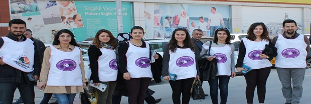 """Baromuz Kadın Hakları Komisyonu üyeleri tarafından """"Haklarınızı Biliyor Musunuz"""" konulu broşür dağıtıldı"""