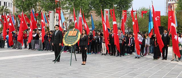 23 Nisan Ulusal Egemenlik ve Çocuk Bayramı'nda Atatürk Anıtına Çelenk Sunma Töreni Düzenlendi